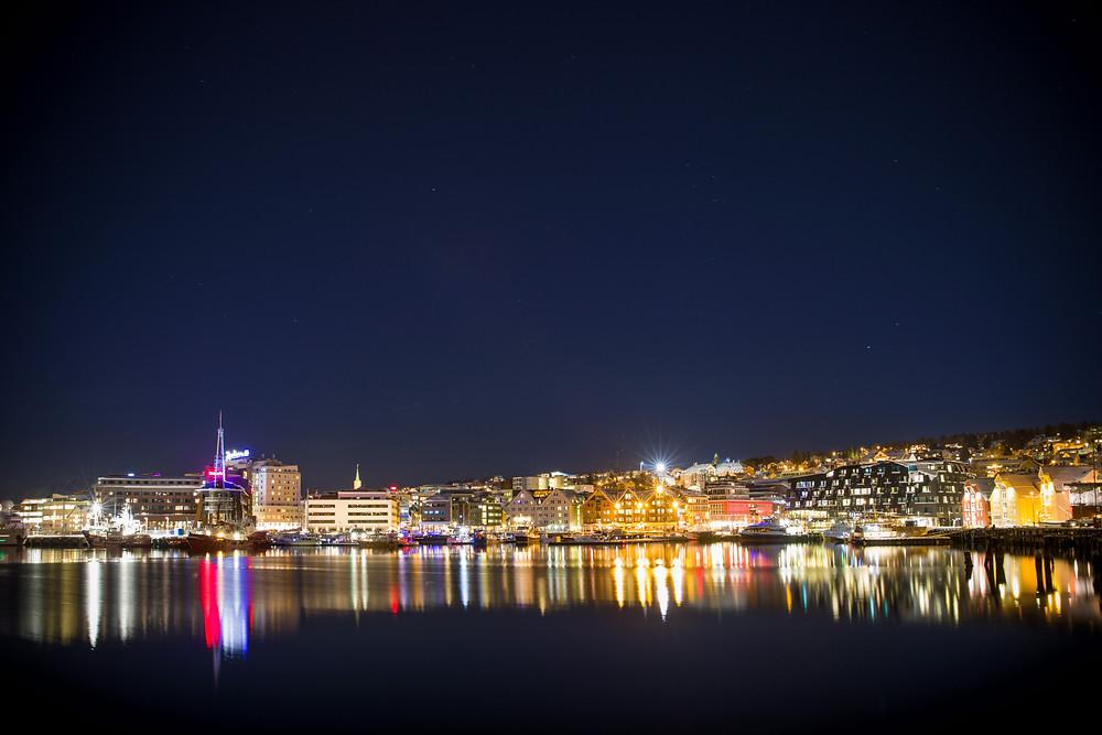 Hafen von Tromsö bei Nacht mit Blick auf die Anlegestelle