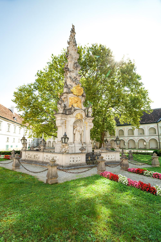 Stift Heiligenkreuz, Heiligenkreuz, Kloster Heiligenkreuz, Wallfahrtskirche, Wienerwald, Kloster, Mariensäule,