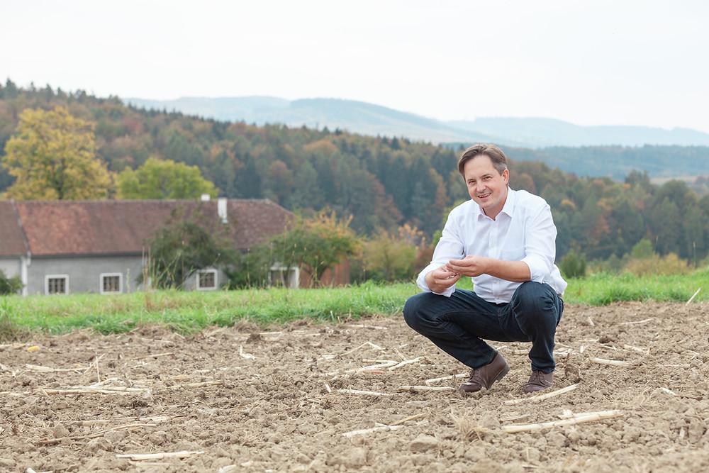 LKNÖ Präsident Johannes Schmuckenschlager am Acker