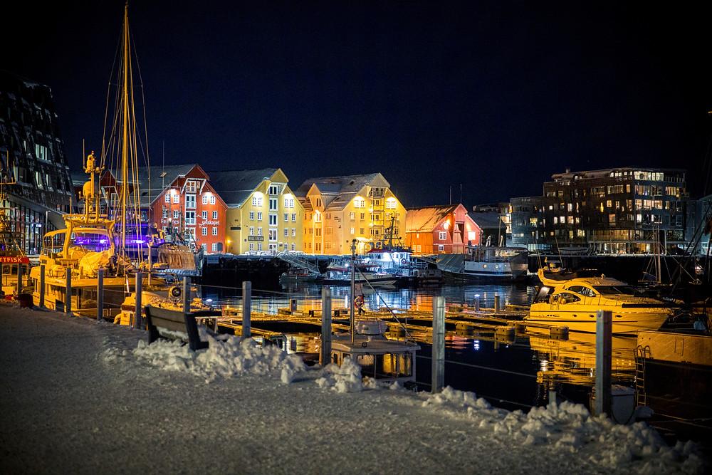 Hafen von Tromsö bei Nacht mit Schiffen und Häuserzeile