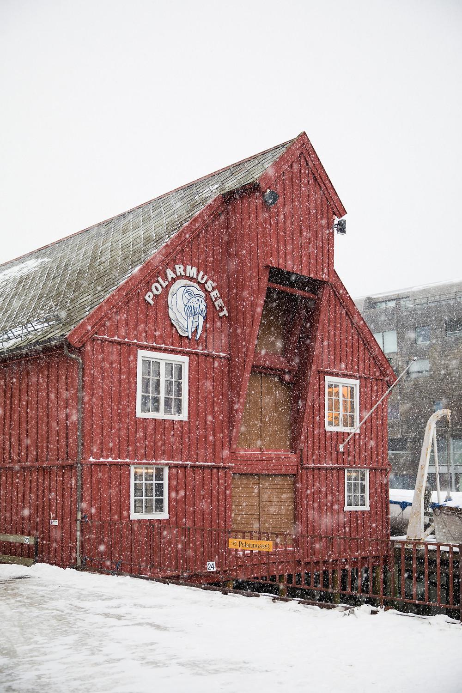 Polarmuseum im Hafen von Tromsö Nordnorwegen im Winter
