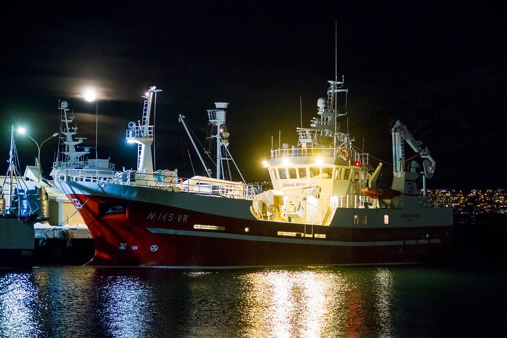 Hafen von Tromsö bei Nacht mit Schiffen