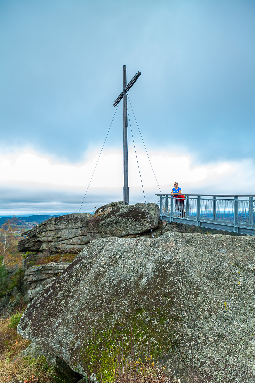Nebelstein, Waldviertel, wandern, Wanderung, Niederösterreich, Wanderurlaub, Wanderreise, Herbst, Wald, sonja Lechner, die reisereporter, Gipfelkreuz