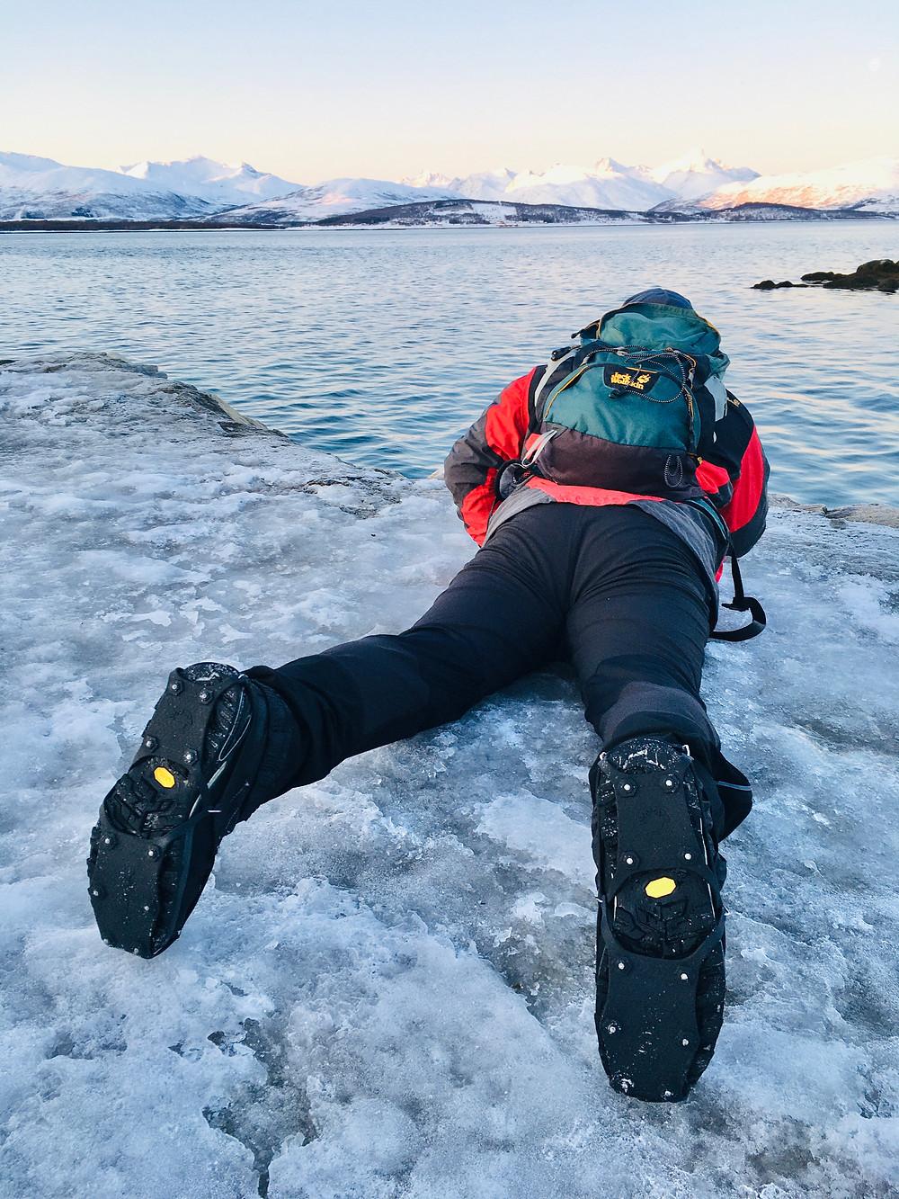 Reisefotograf Gerald Lechner mit Eisspikes auf den Winterschuhen in Tromsö
