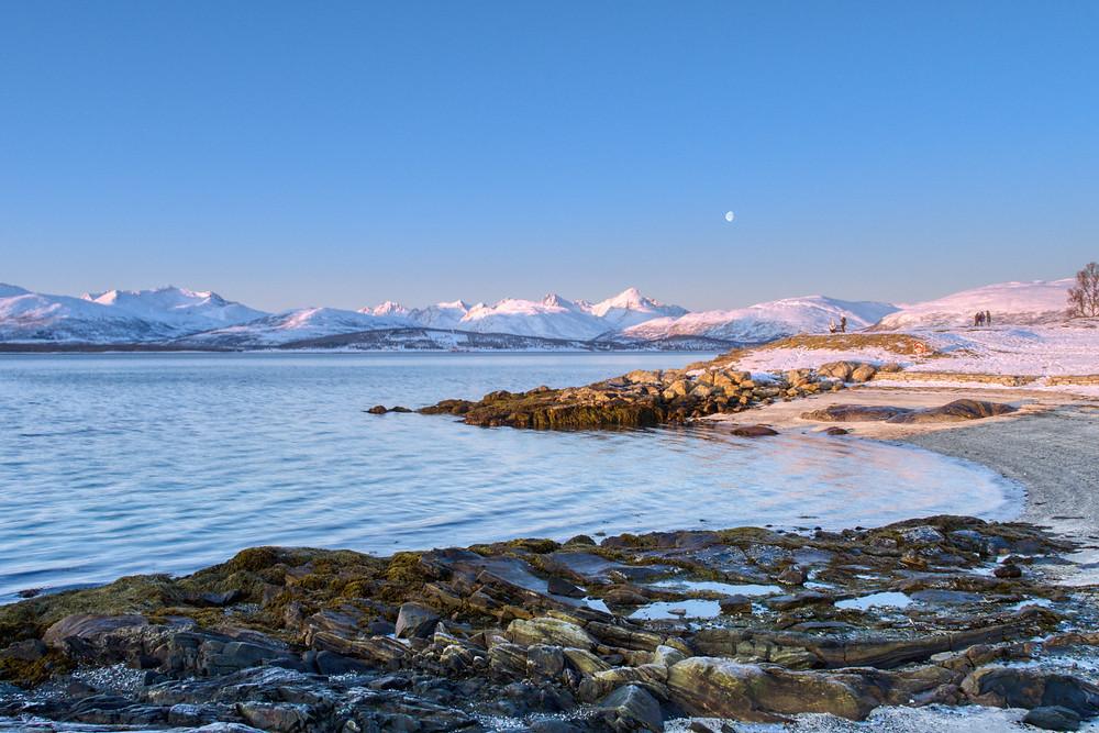 Telegrafbukta bei Tromsö in Nordnorwegen - Vollmond über den Fjorden im Nordmeer