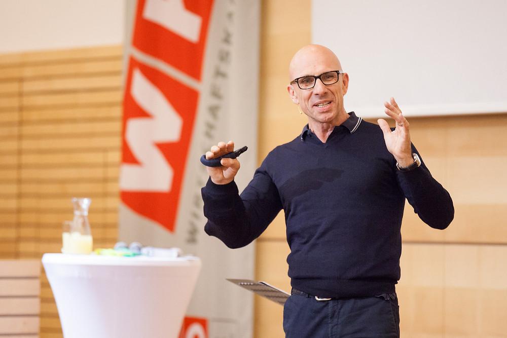 Jörg Löhr im Wifi St. Pölten beim Weiterbildungsprogramm der Persönlichen Dienstleister