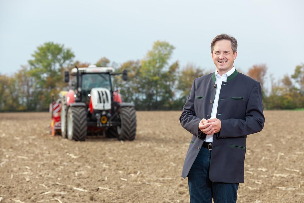 LKNÖ Präsident Johannes Schmuckenschlager mit Traktor