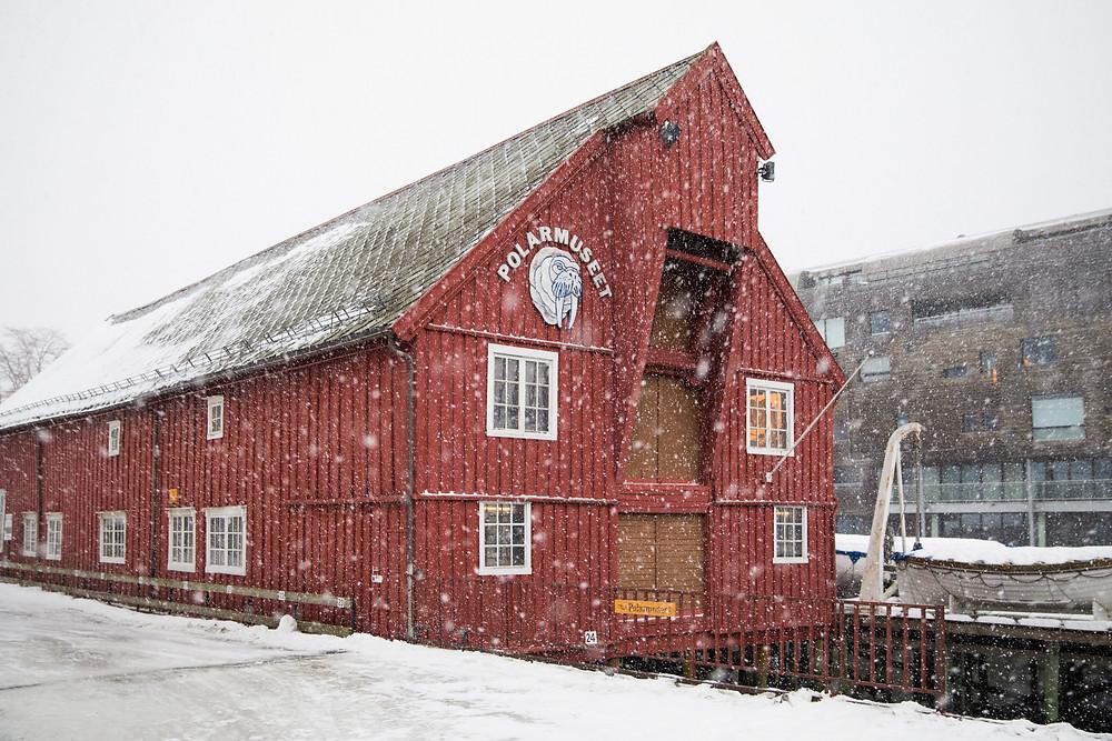 Polarmuseum im Hafen von Tromsö im Schneefall und Winter