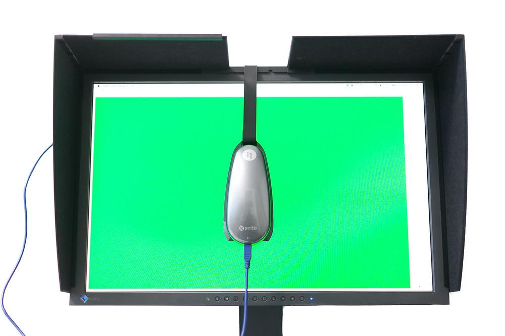 Eizo CG27 bei der Bildschirmkalibrierung mit dem xrite i1-Pro