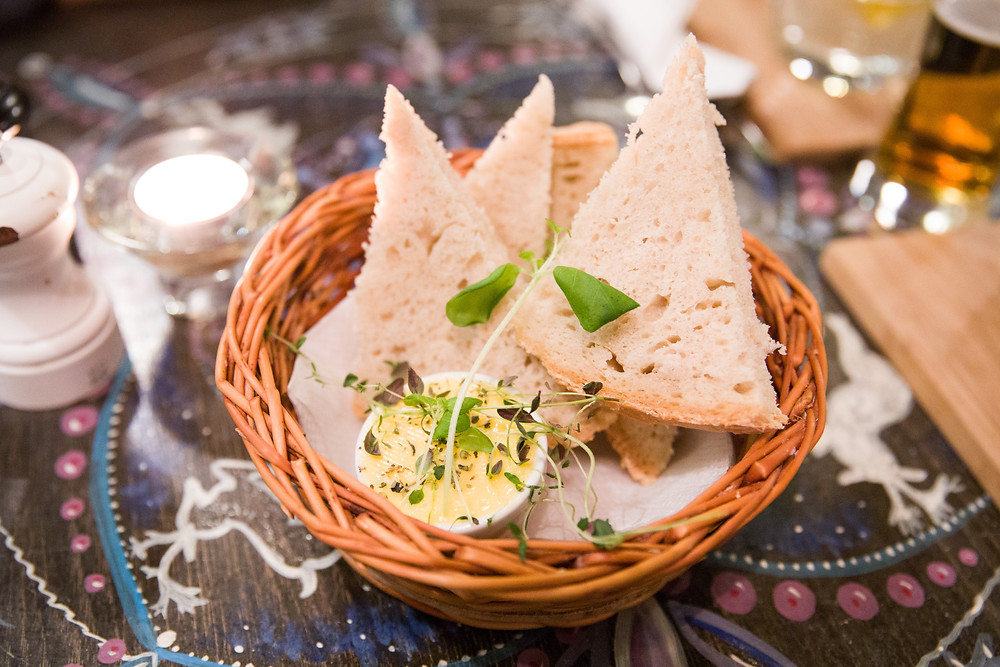 Brot und gesalzene Butter im Art Café Tromsö - ein norwegische Tradition
