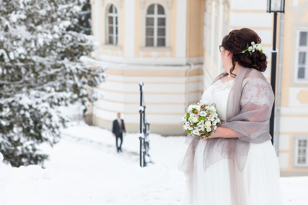 First Look einer Winterhochzeit in Schloss Rosenau im Waldviertel