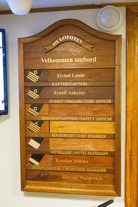 Schild auf der MS Lofoten von Hurtigruten im Hafen von Tromsö