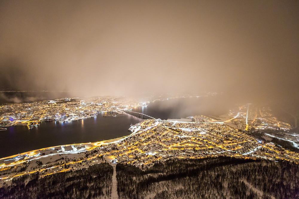 Fahrt mit der Fjellheisen auf den Storsteinen in Tromsö Norwegen im Winter bei Schneesturm