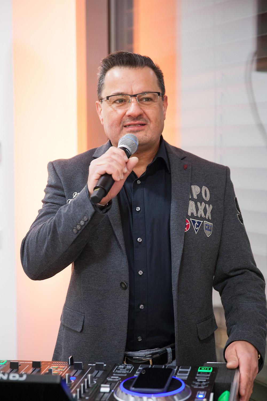DJ Rainer moderiert auf einem Event