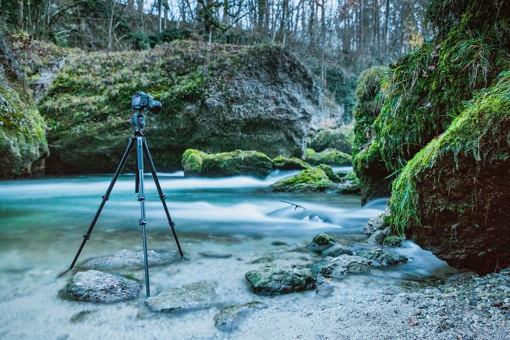 Canon DSLR Kamera auf Manfrotto Stativ bei einer Langezeitbelichtung in der Erlauftalschlucht
