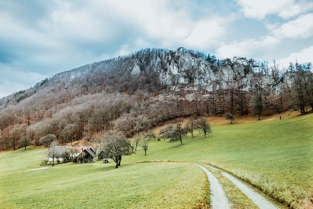 Gaisstein, Wienerwald, Niederösterreich, Wandern, Wanderung, Gipfel, Felsen, Bauernhaus, Wiese, Winterwandern, Wanderweg
