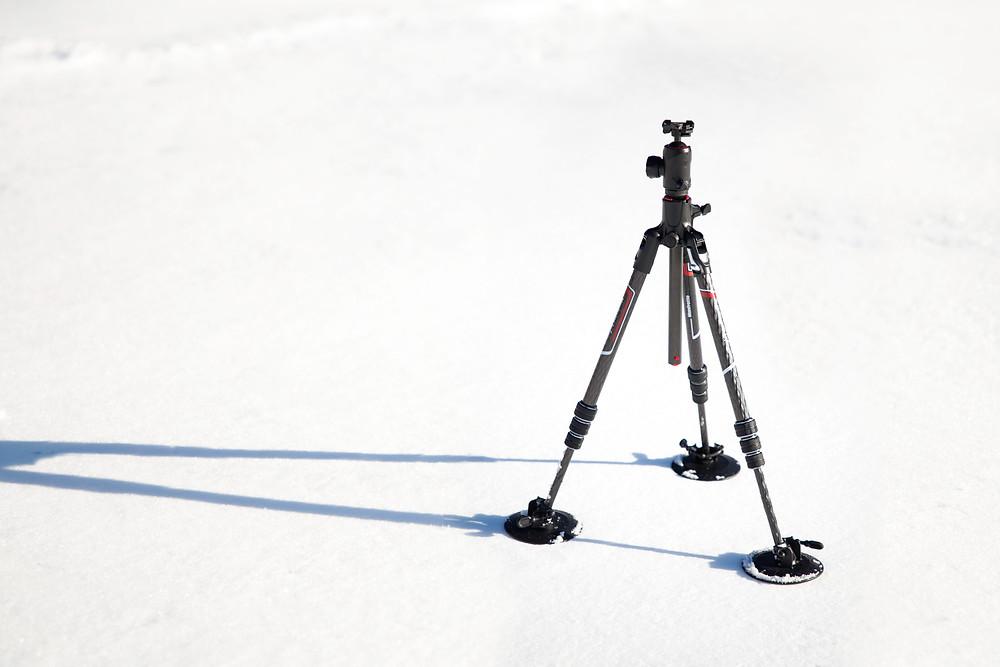 Dreibeinstativ von Manfrotto Befree GT XPRO Carbon mit Schneeschuhen Manfrotto 230 3255 auf Schnee