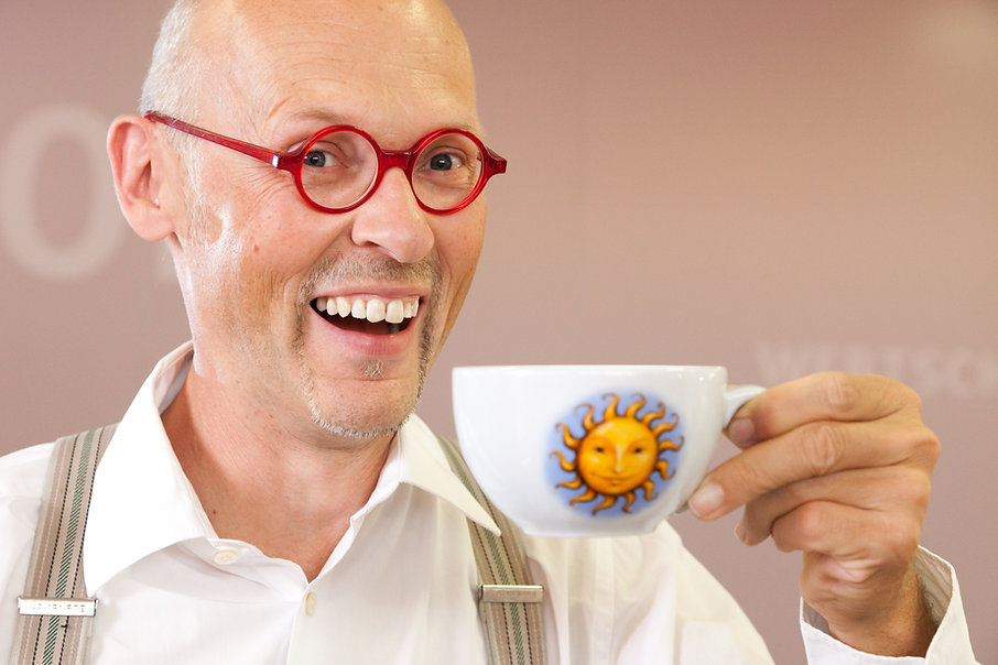 Johannes Gutmann von Sonnentor mit einem Sonnentor Tee