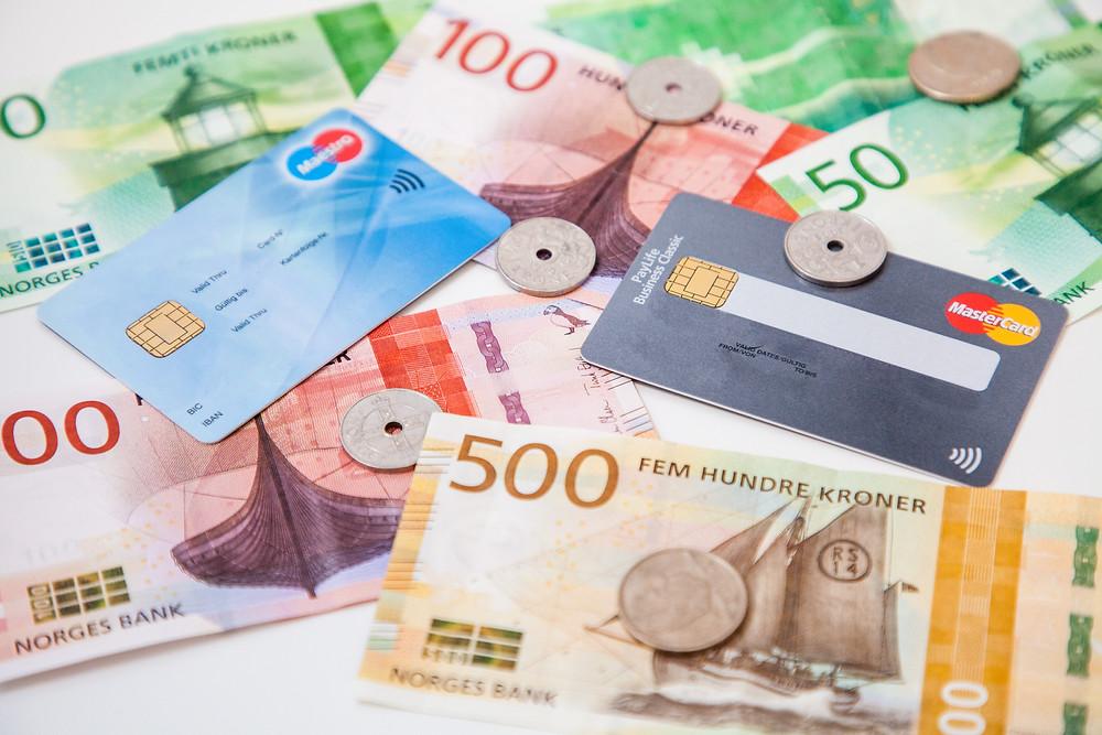 Norwegische Kronen oder Kartenzahlung - was ist günstiger im Urlaub?
