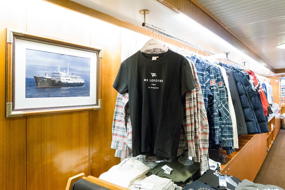 Souvenirs auf der MS Lofoten der Hurtigruten im Hafen von Tromsö