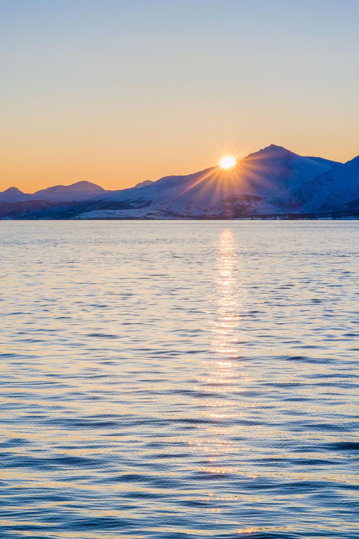 Nach der Polarnacht gibt es wieder einen Sonnenaufgang und Sonnenuntergang in Telegrafbukta bei Tromsö in Norwegen