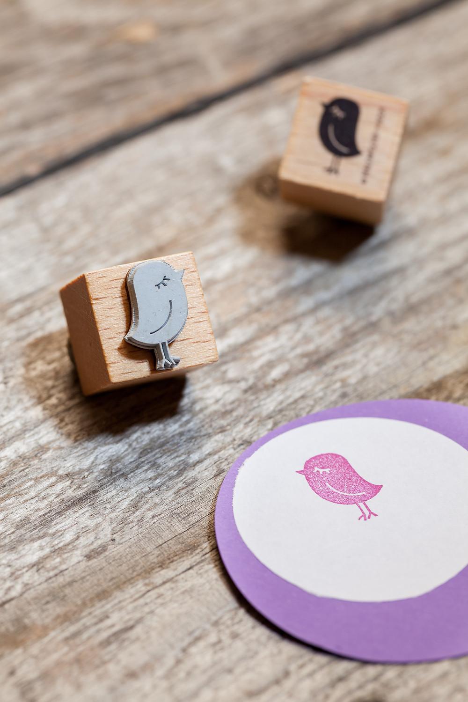 Produktfotografie, Markofotografie von einem kleine Stempel mit einem Vogel
