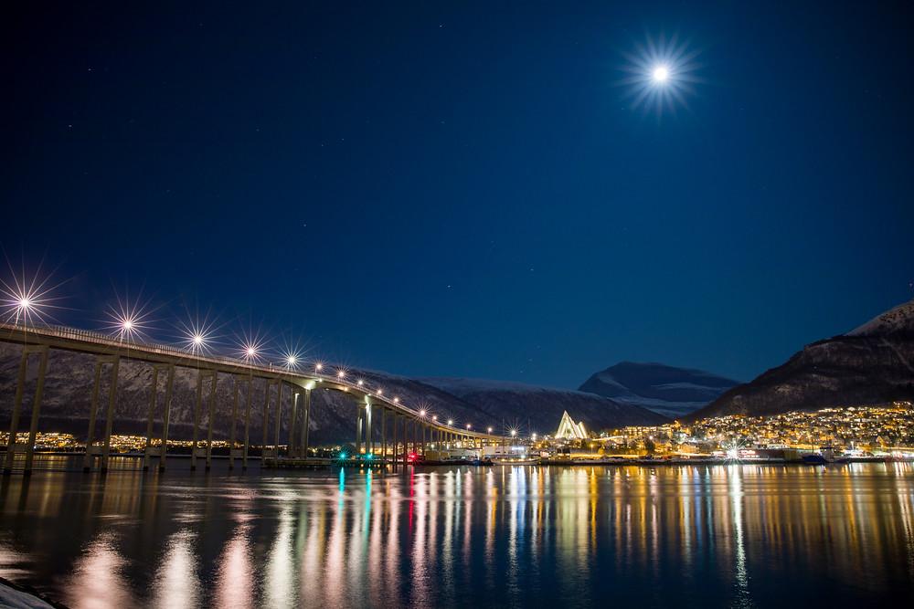 Hafen von Tromsö bei Nacht und Vollmond mit Blick auf die Eismeerkathedrale