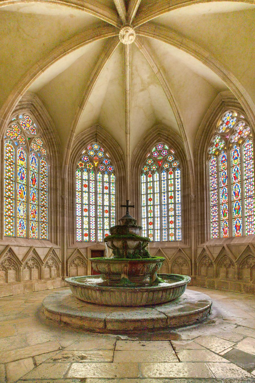 Stift Heiligenkreuz, Kloster Heiligenkreuz, Heiligenkreuz, Stift, Kloster, Kirche, Wallfahrtskirche, Wienerwald, Brunnenhaus, Glasfenster, Glasmosaik, Gotik