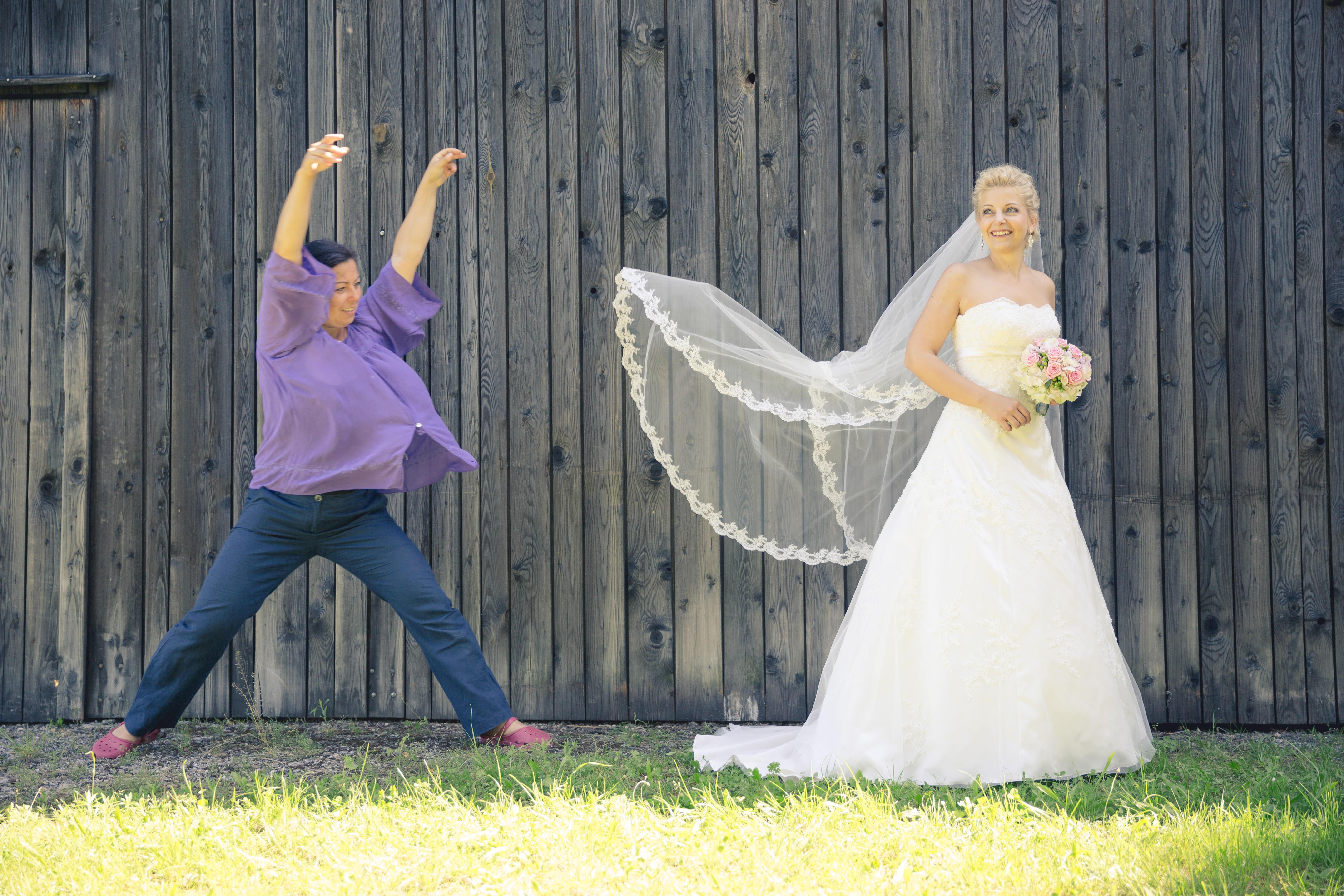 Zeremonienmeisterin mit Braut