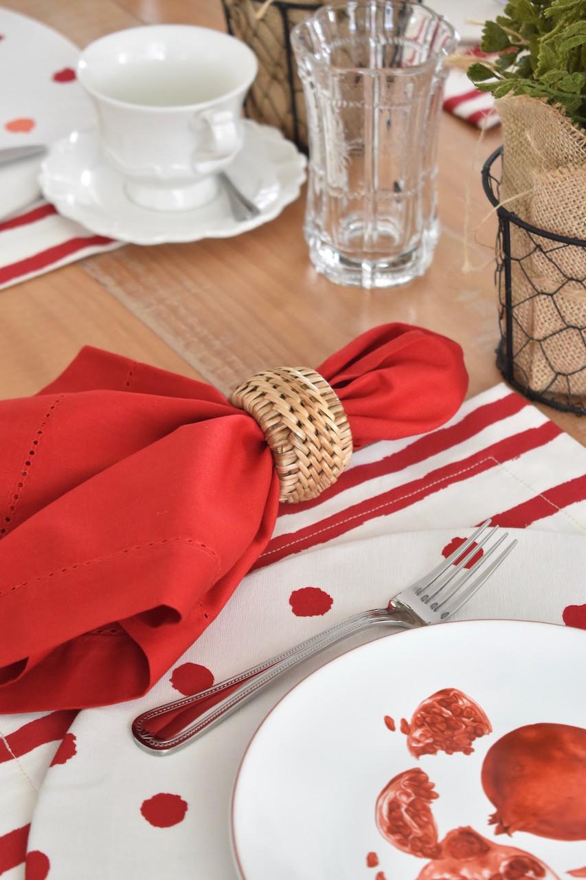 Guardanapo de algodão vermelho e porta guardanapo de rattan