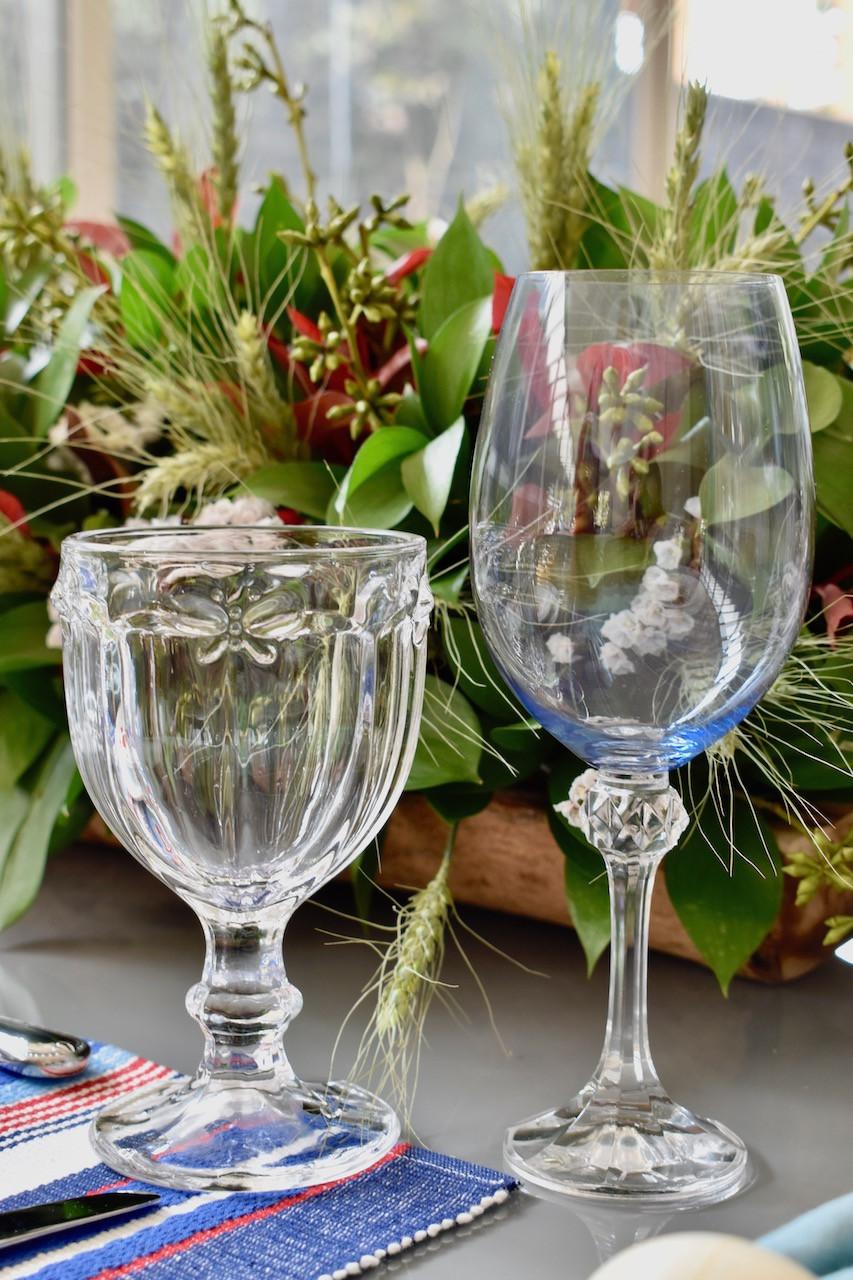 Taça de Vidro com desenho de borboleta e taça de cristal azul