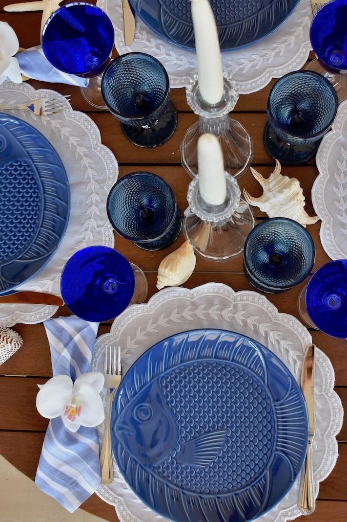 Linda mesa posta nas cores azul e branco para montar na praia