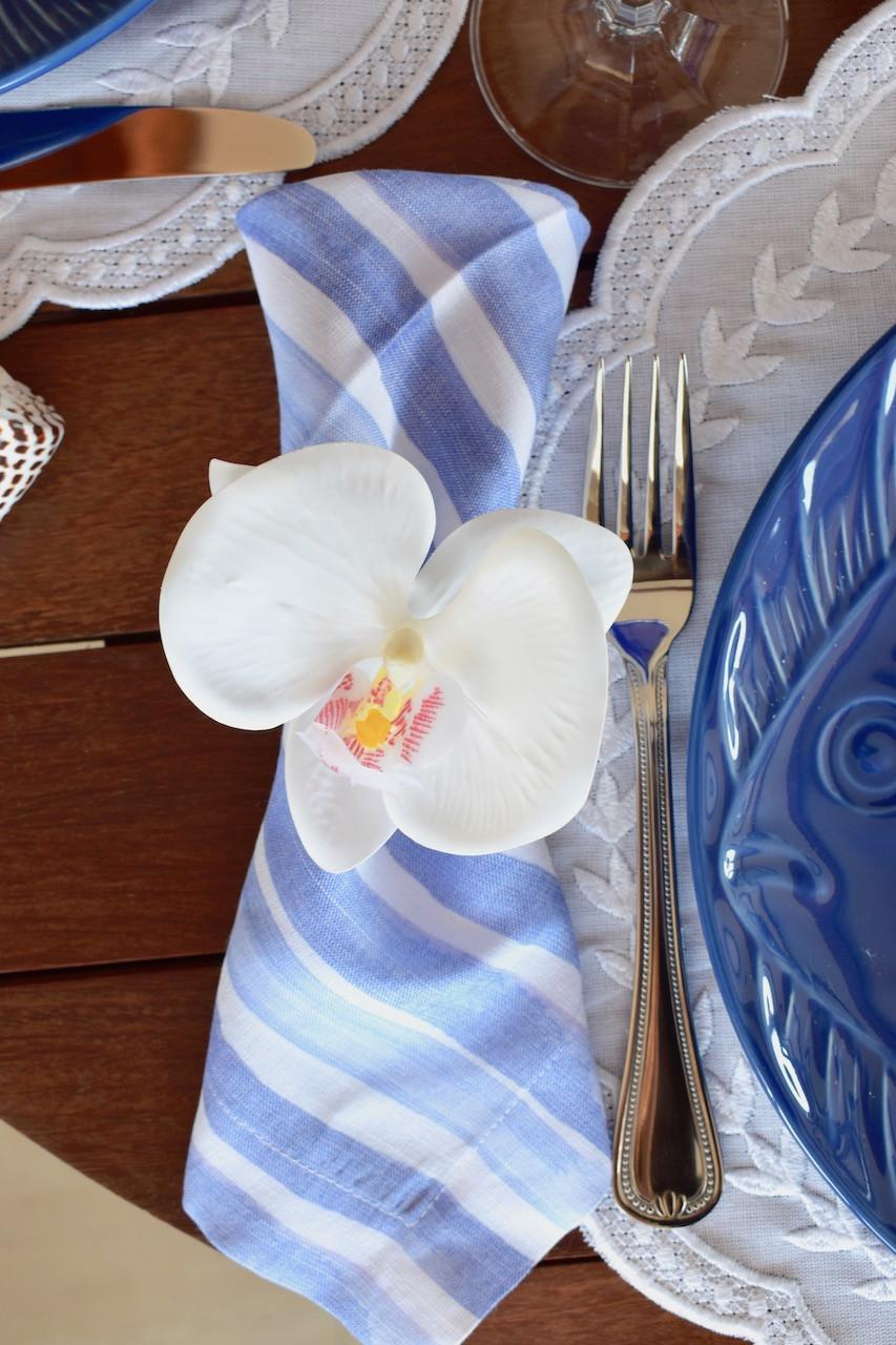 Porta Guardanapo de Orquídea Branca no Guardanapo Listrado Azul e Branco