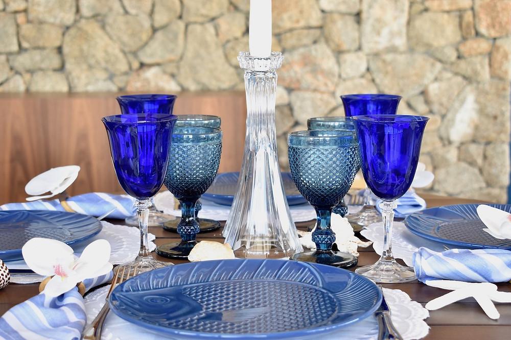 Linda mesa posta nas cores azul e branco para receber na praia