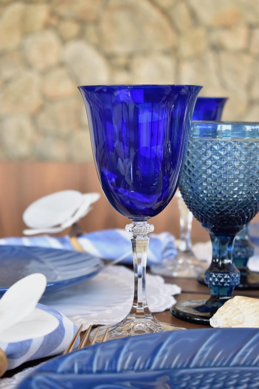 Taça de Vidro Cristalino no tom de azul com taça bico de jaca azul