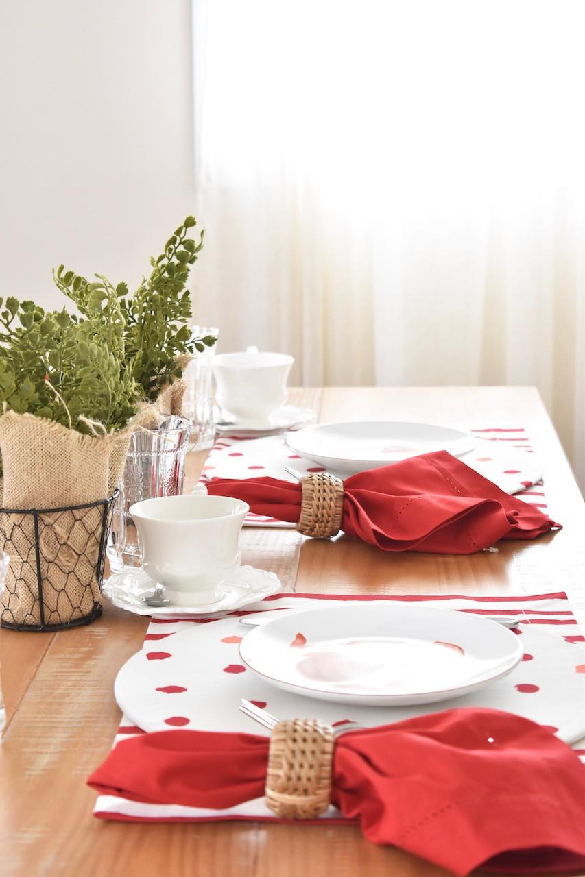 Mesa posta nas cores vermelho e branco