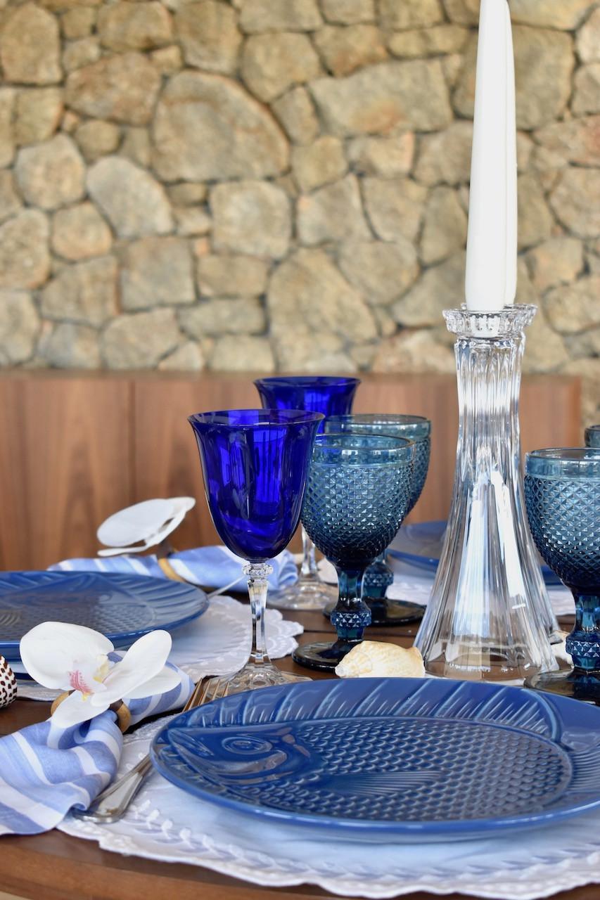 linda mesa posta nas cores azul e branco com tema de praia