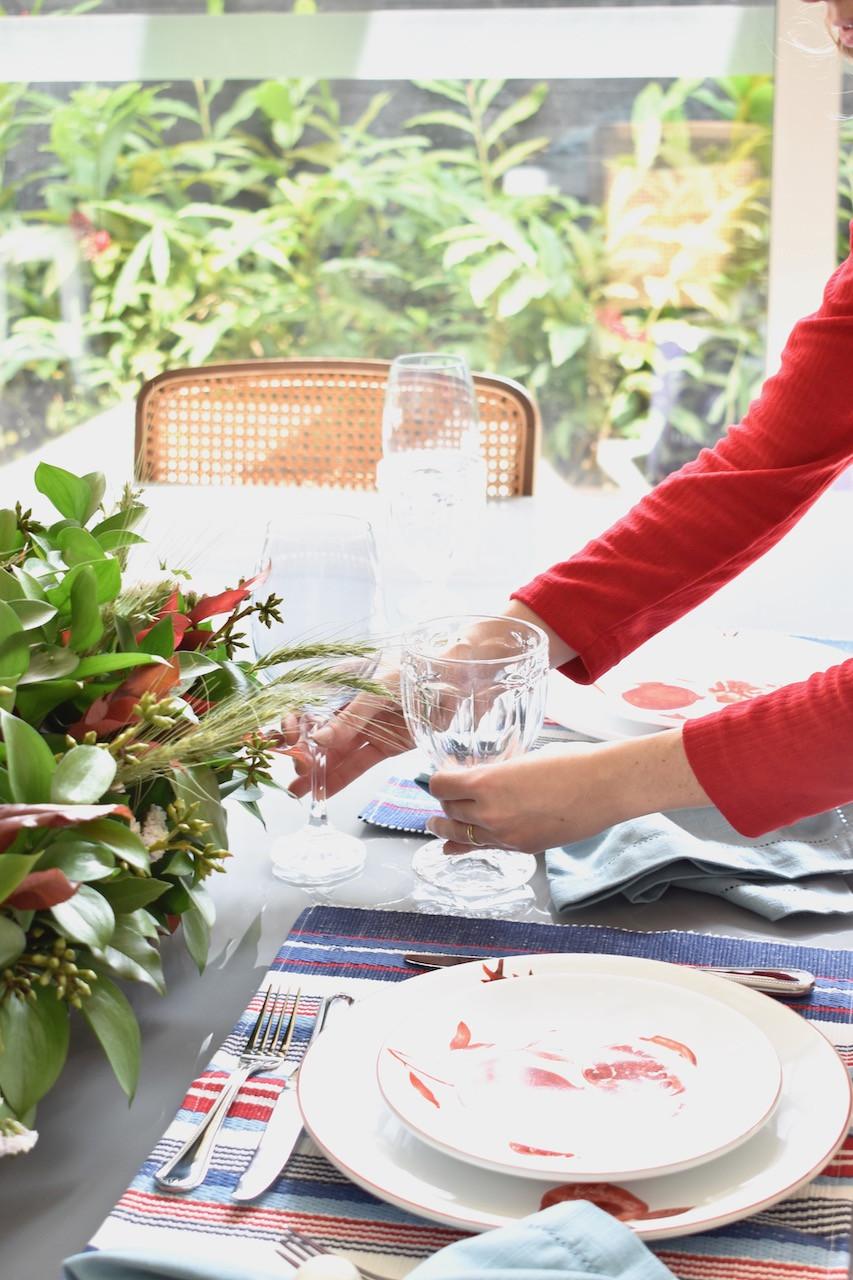 Como montar uma mesa posta com pratos estampados