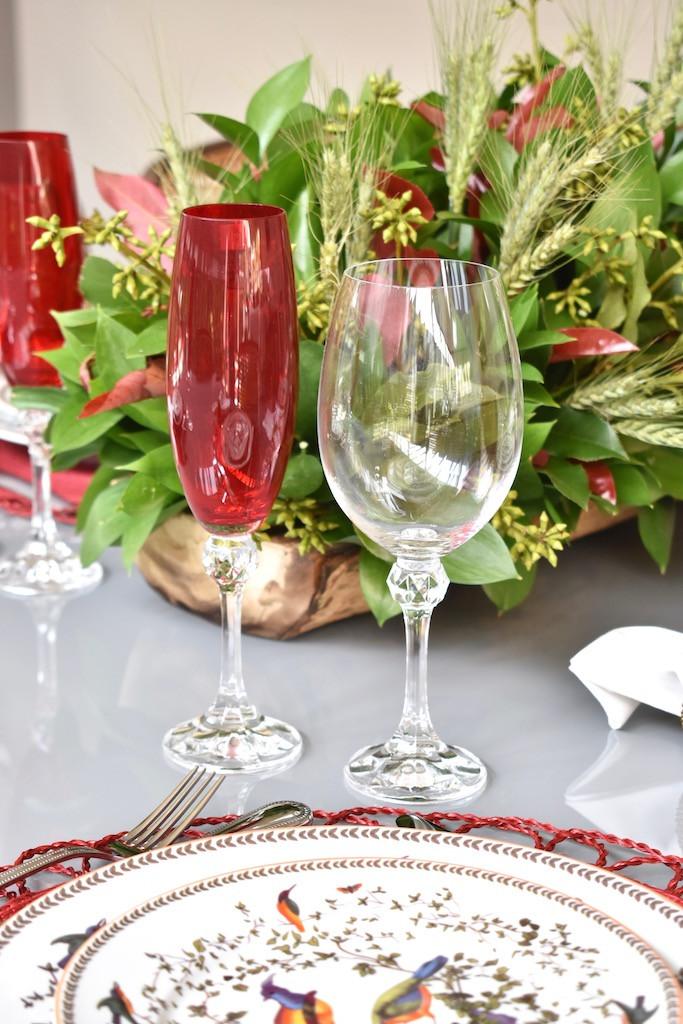 Taças de cristal para vinho e espumante nas cores vermelho e transparente.
