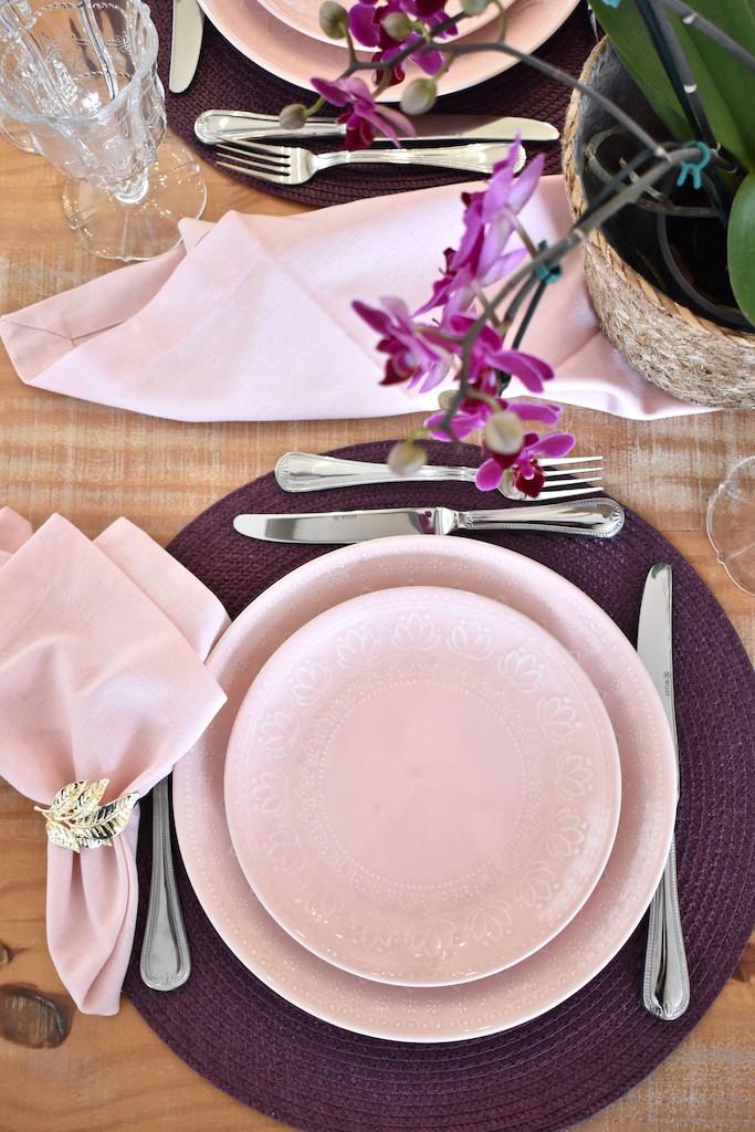 Mesa Posta de Dia dos Namorados com pratos na cor rosa
