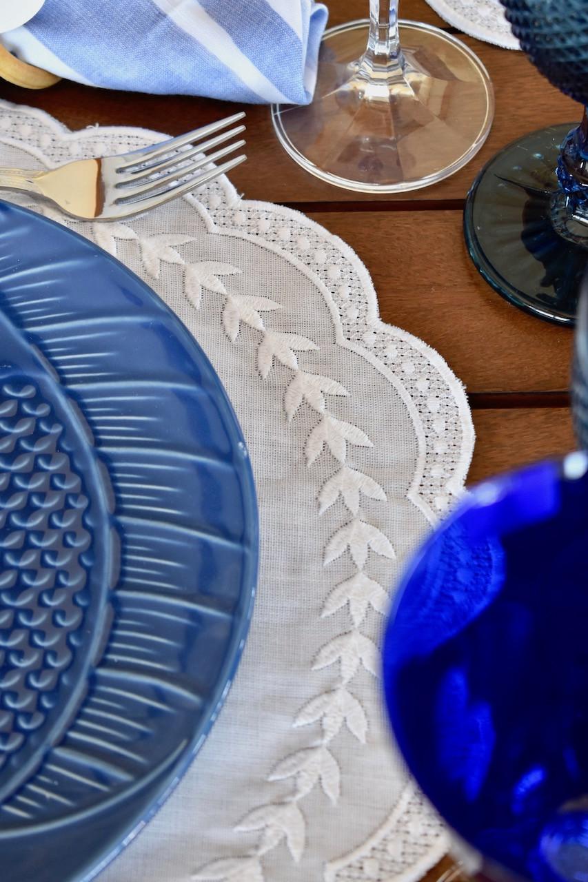 Jogo americano redondo de linho branco com bordado na mesma cor