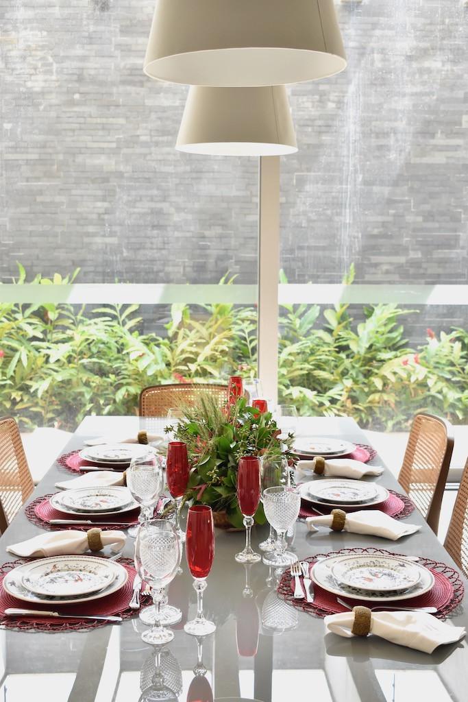 Mesa Posta nos tons de vermelho, com pratos estampados e jogo americano vermelho.