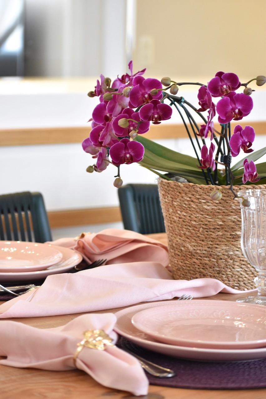 Mesa Posta com arranjo de orquídea