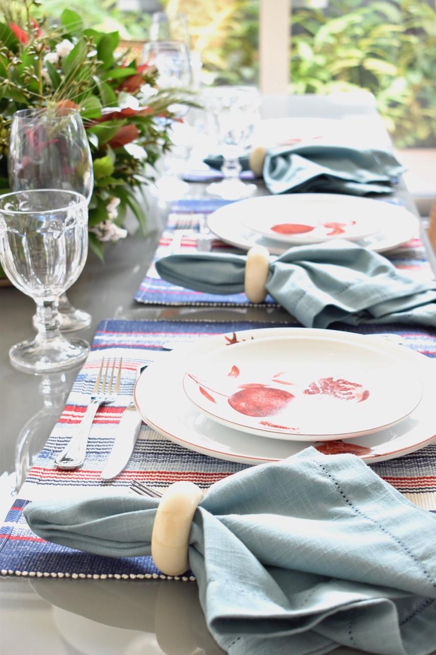 Mesa Posta com louça estampada e guardanapo azul