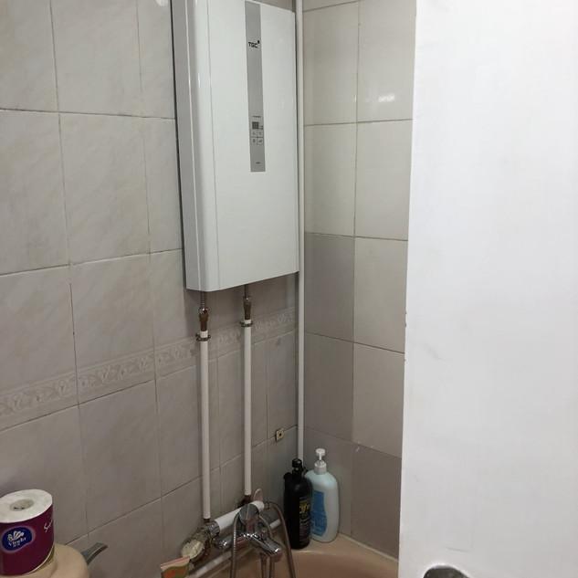 由廚房天花穿過牆後到客廁