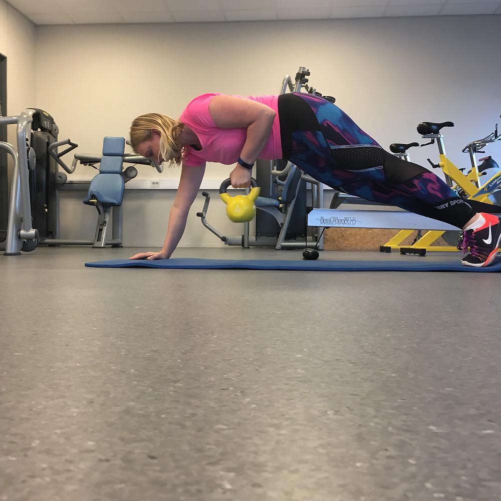 Planke med flytting av vekt til siden