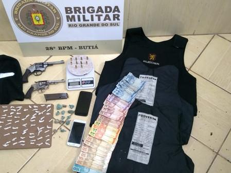 Suspeitos são presos por tráfico de drogas e porte ilegal de armas