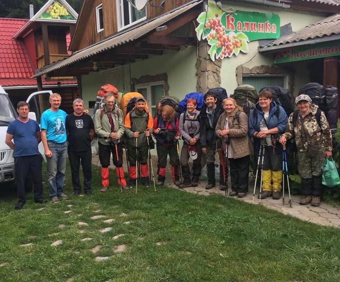 Пешая экскурсионная группа со снаряжениями