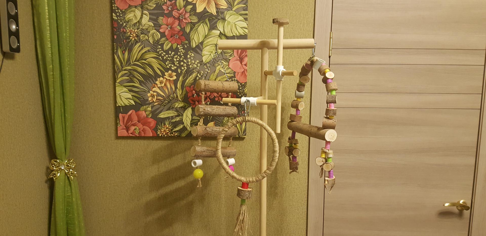 качель и другие игрушки на стэнде
