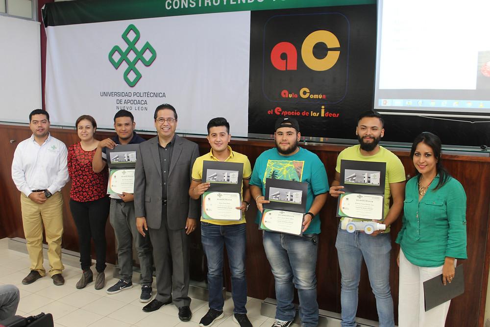 El Dr. Alan Castillo junto al equipo ganador y Jefes de Carrera